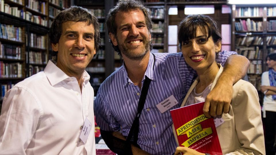 """3 miembros de INICIA mostrando el libro """"Aprendiendo a ser empresa"""""""