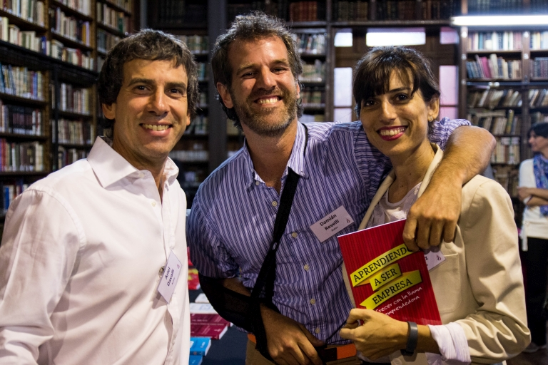 3 miembros de INICIA presentando un libro